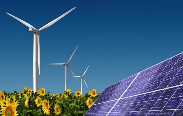 Eolienne et panneaux solaires