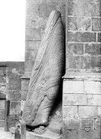 Menhir, dressé contre la cathédrale, dit Pierre Saint-Julien