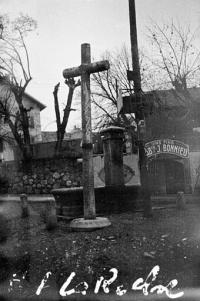 Croix de chemin en pierre provenant de l'ancien cimetiere de Farlon