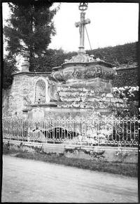 Monument du calvaire et parcelles de terrain qui l'entourent