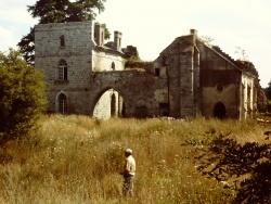 Cour intérieure du château avec l'ancien garde-forestier, Monsieur Coubronne