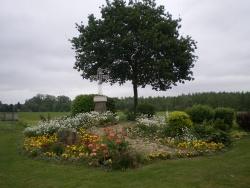 Photo paysage et monuments, Lesdins - des fleurs un calvaire et un chêne