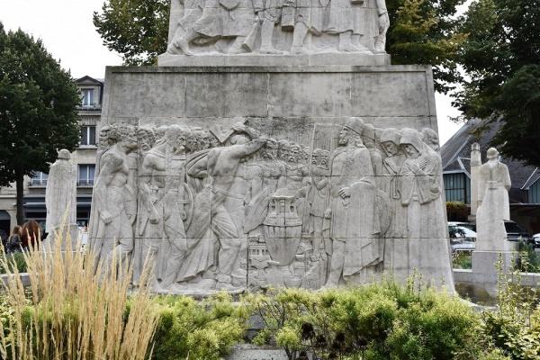 Photo Soissons - Le Monuments aux Morts