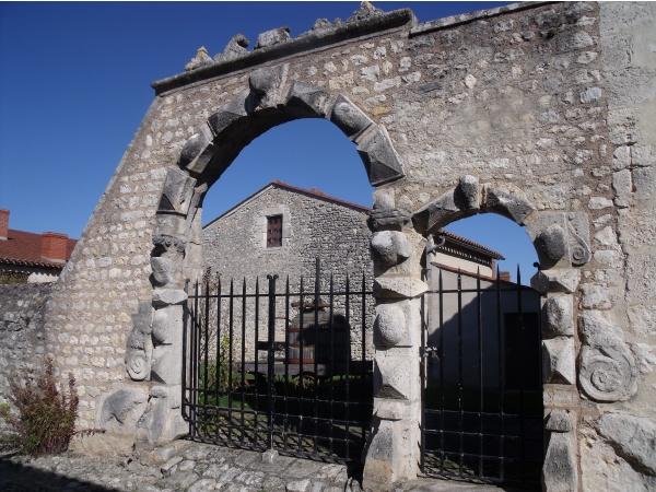 Photo Charroux - Entrées en pierres  très anciennes et très belles .