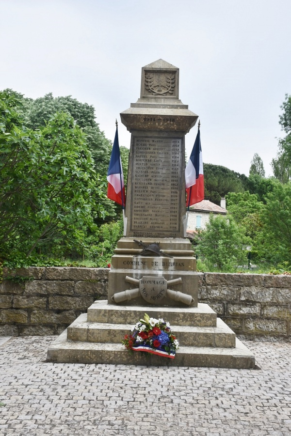 Photo Berrias-et-Casteljau - le Monument Aux Morts