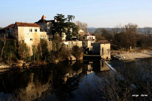 Photo Ruoms - RUOMS, Le quartier des anciennes brasseries se reflète dans la rivière Ardèche