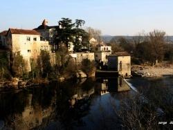 Photo paysage et monuments, Ruoms - RUOMS, Le quartier des anciennes brasseries se reflète dans la rivière Ardèche