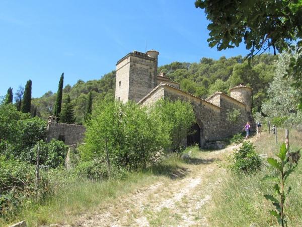 Chemin de la chapelle St Privat. On longe le coté Est de la Tour de Cruzières
