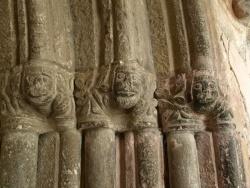 Photo paysage et monuments, Audressein - Notre-Dame de Tramesaygues - Portail d'entrée - culs de lampe