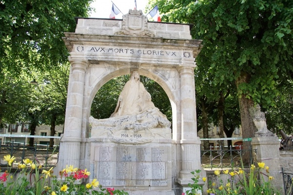 Photo Saint-Geniez-d'Olt - le Monuments Aux Morts