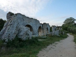 Photo paysage et monuments, Fontvieille - vestiges de l'aqueduc romain de Barbegal
