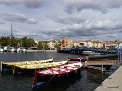 Photo paysage et monuments, Martigues - Martigues, le quartier de l'Ile et ses barques colorées et au loin Ferrières