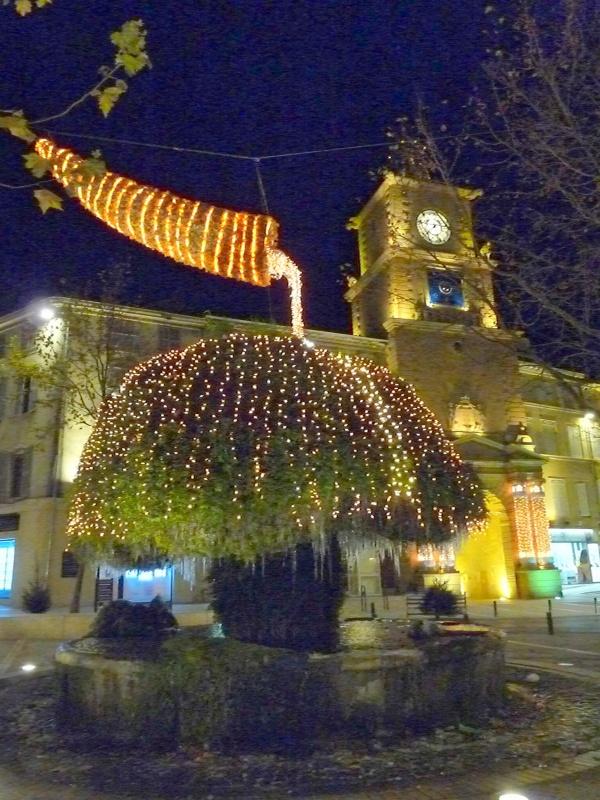 La fontaine moussue et l 39 horloge pour no l une photo de for Porte de l horloge salon de provence