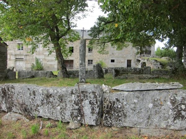 La ferme d'Estremiac : le corps de bâtiment et l'enclos