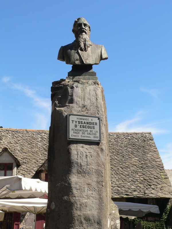 Photo Salers - Monument à la gloire de Tyssandier d'Escous, bienfaitaur de la race Salers