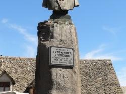 Photo paysage et monuments, Salers - Monument à la gloire de Tyssandier d'Escous, bienfaitaur de la race Salers