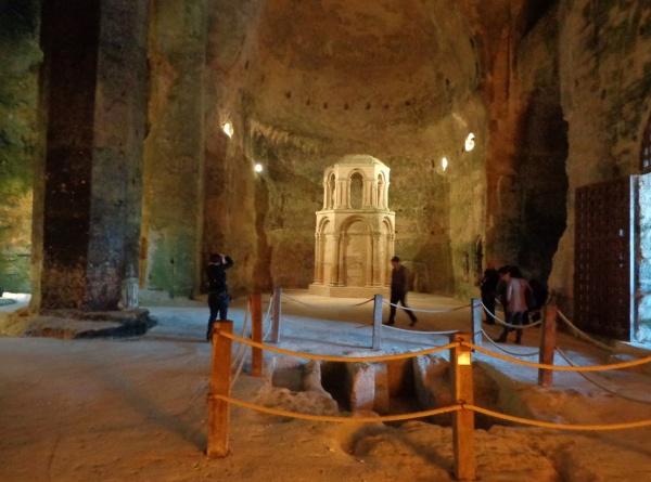 Photo Aubeterre-sur-Dronne - intérieur eglise souterraine St Jean