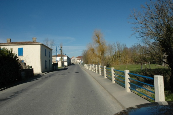Photo Le Gué-d'Alleré - Le pont