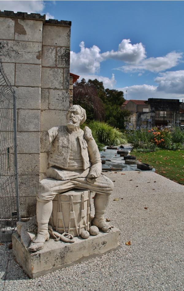 Photo Marans - Hotel-de-Ville ( Sculpture )