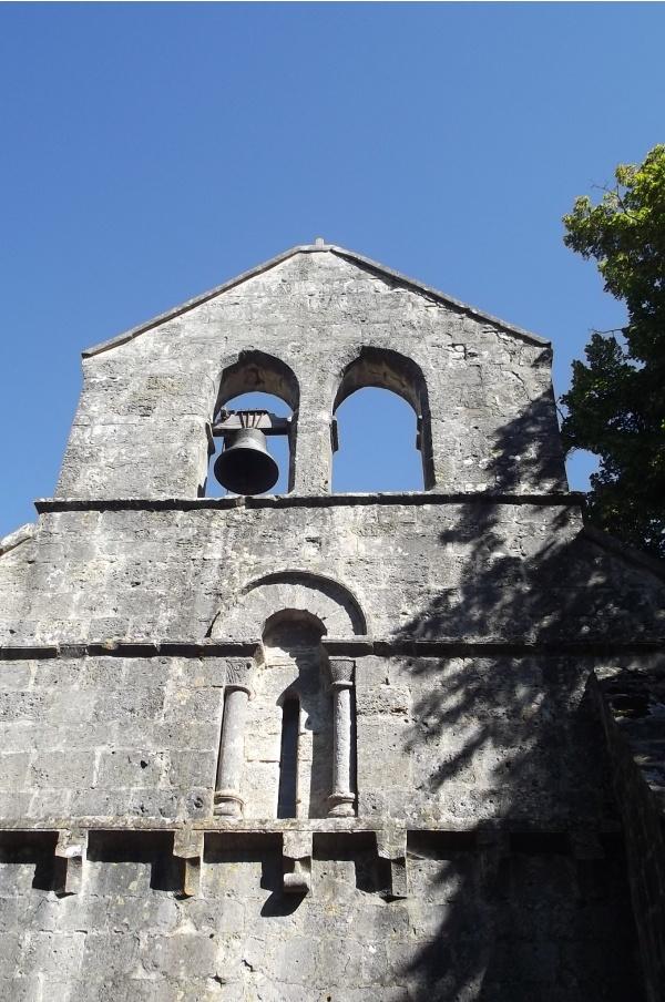 Détails de la façade et clocher.