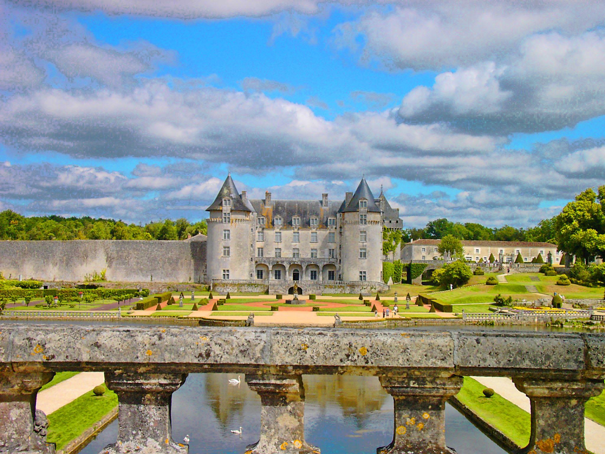 region de saintes le chateau de la roche gourbon une photo de saintes. Black Bedroom Furniture Sets. Home Design Ideas