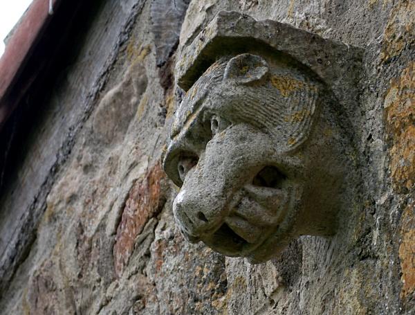 modillon sur le mur à l'arrière de l'église