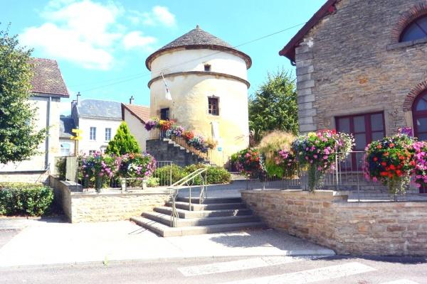 Pouilly en Auxois;Centre ville .2.