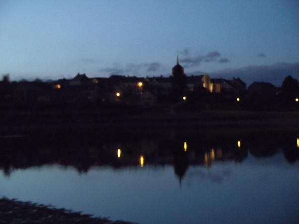 reflet du village dans le petit lac