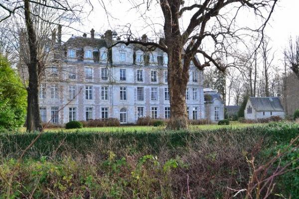 le château de Brumare à Brestot et sa chapelle.