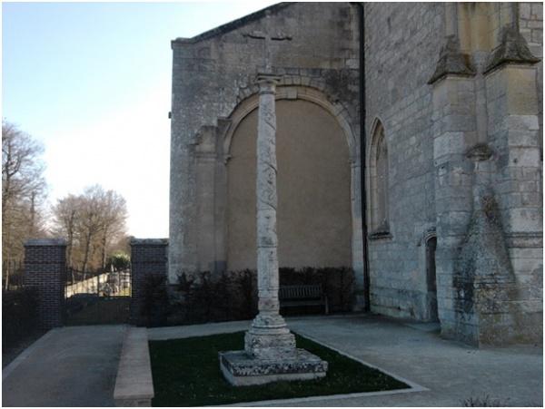 Croix du cimetière d'Anet (28)