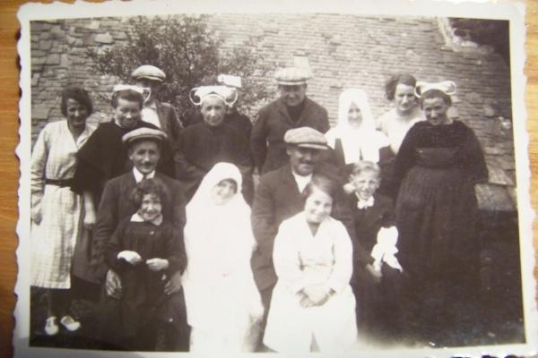 Première communion dedans l'église de Gouézec vers 1930.