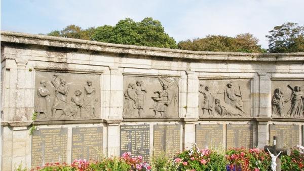 le chemin de croix de monuments aux morts