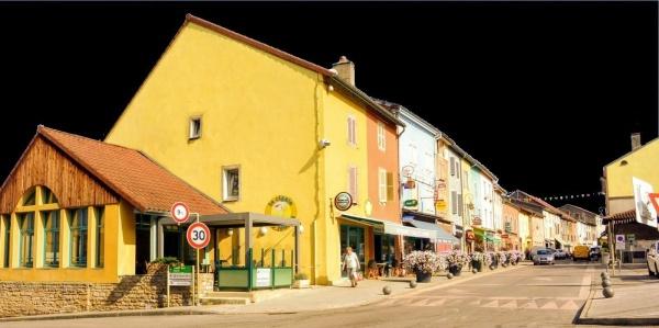 Cousance Jura. Grande rue sur fond noir