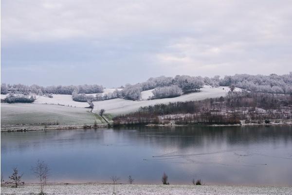 Photo Bajamont - Vue du lac sous la neige.