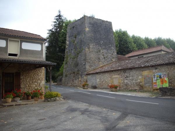 Photo Blanquefort-sur-Briolance - le bas-fourneau, vestige d'une forte activité de fonte du fer