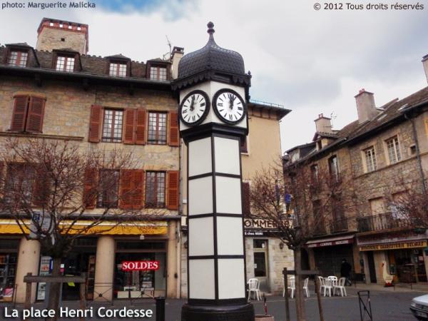 Photo Marvejols - La place Henri Cordesse et son horloge sous forme d'hexagone