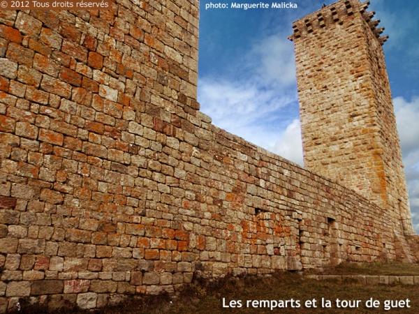 Photo Prévenchères - Restes des remparts et la tour de guet carrée (donjon).