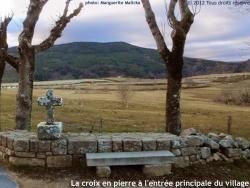 Photo paysage et monuments, Prévenchères - Croix en pierre à l'entrée principale de La Garde-Guérin.
