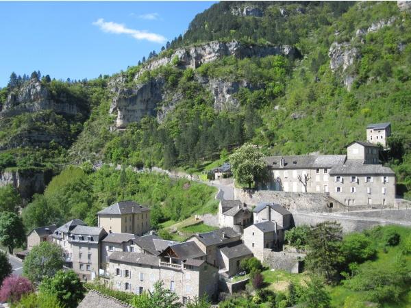 Photo Sainte-Enimie - Sainte-Enimie et ses contreforts rocheux