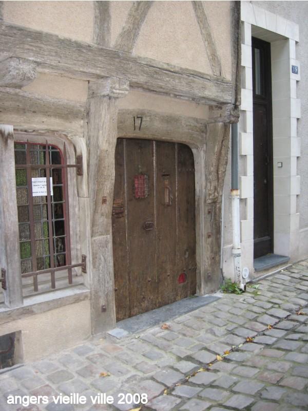 une porte dans la vieille ville
