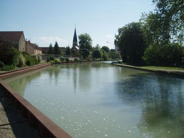 Photo Tours-sur-Marne - canal et l'église vu du pont