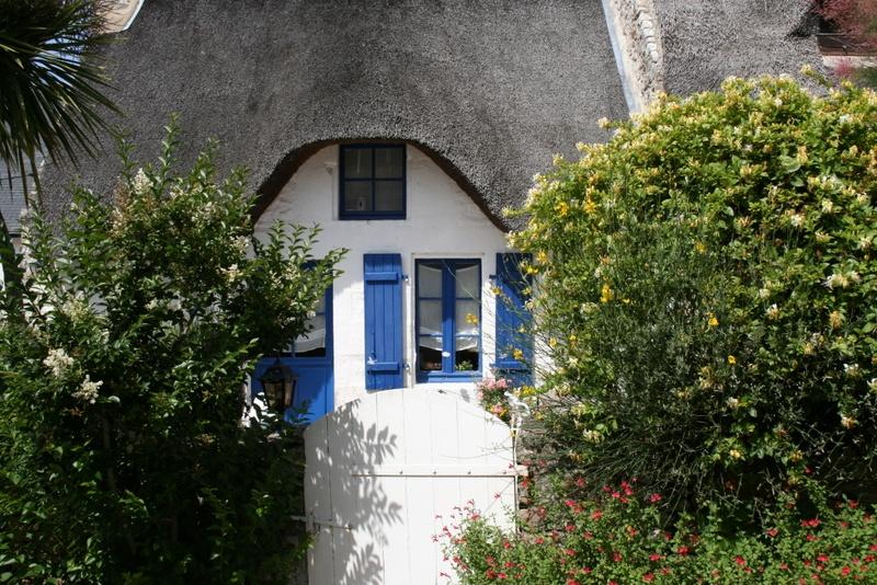Maison au toit de chaume sur l 39 ile aux moines une photo de le aux moines - Maison ile aux moines ...