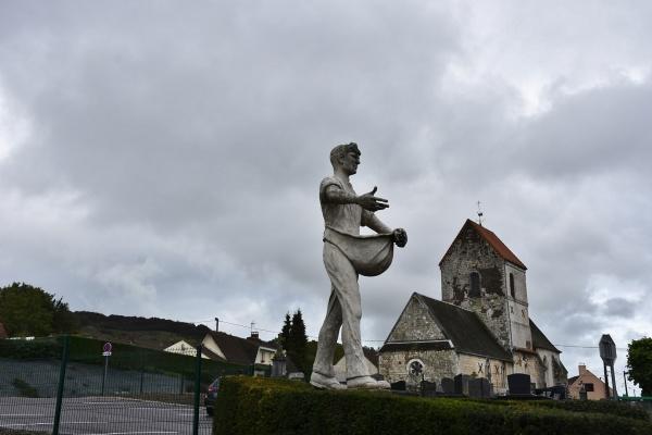 Photo Clerques - la Statue et l'église Saint Barthelemy