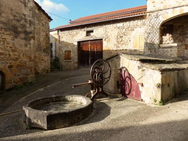 Puits dans le village d'Yronde