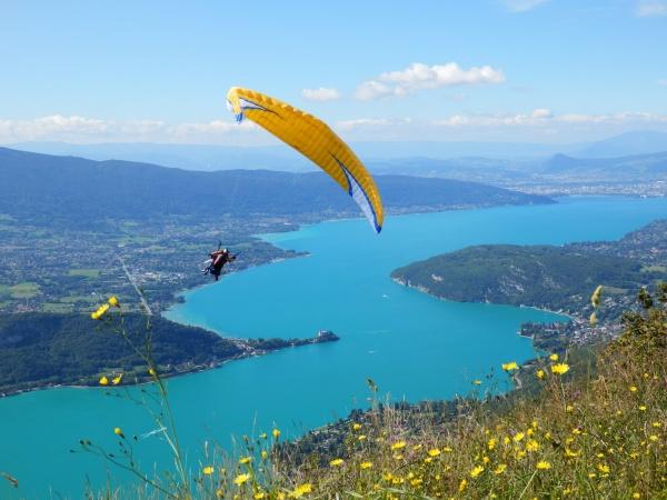 Le lac d'Annecy depuis la plate-forme d'envol des parapentes