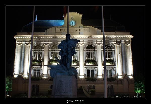 Photo Yvetot - Vue de la mairie de nuit