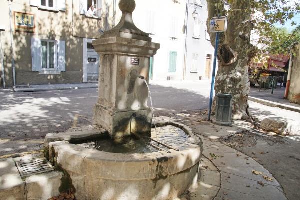 Photo Méounes-lès-Montrieux - Fontaine