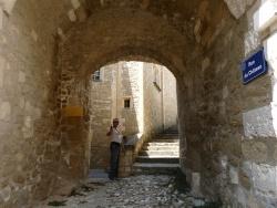 Photo paysage et monuments, Maubec - un petit passage sous le clocher