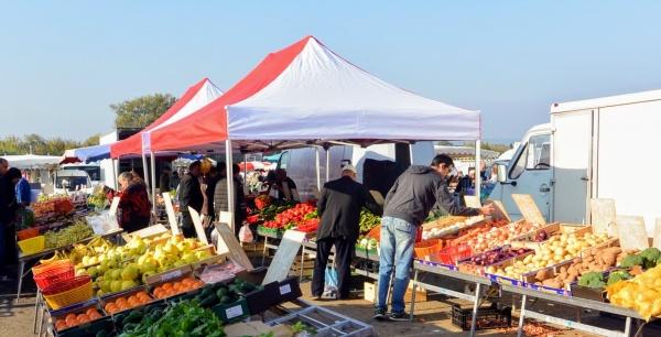 Mornas. Le marché du Dimanche.