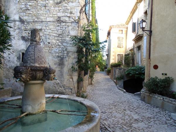Séguret - La fontaine aux mascarons